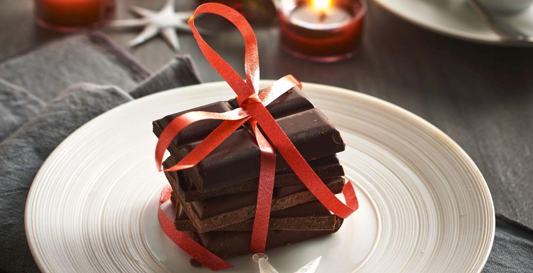 Weihnachsttisch Schokolade mit einer roten Schleife