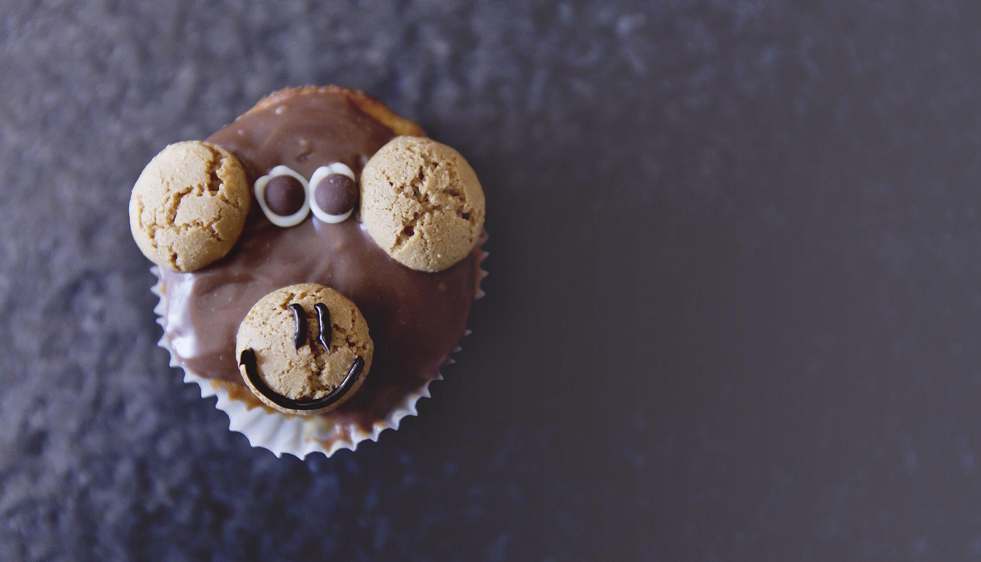 Schokoladen Muffin mit Keksten und Schokoladenglasur