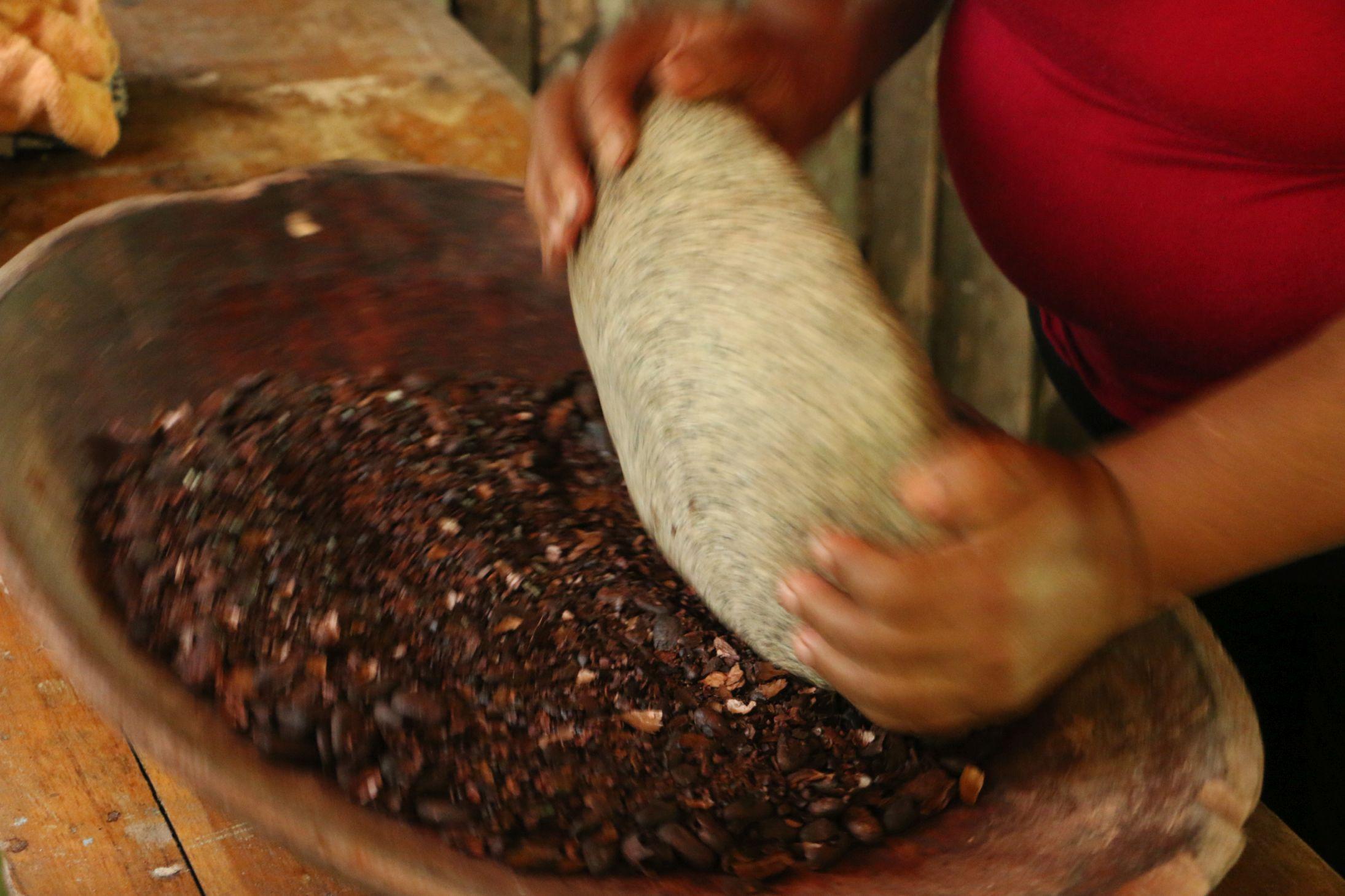 Das Walzen der Kakaonibs